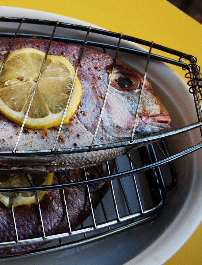 Sea bream with lemon flavored with EVOO and paprika